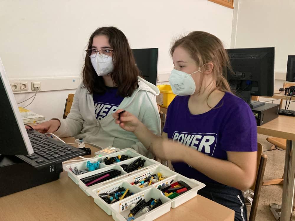 Power Girls arbeiten mit Lego Spike Roboter